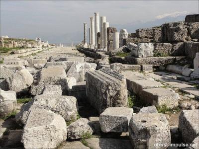 Laodicea ist ne ziemliche Steinwüste heute - da durch das Erdbeben alles zerstört wurde.