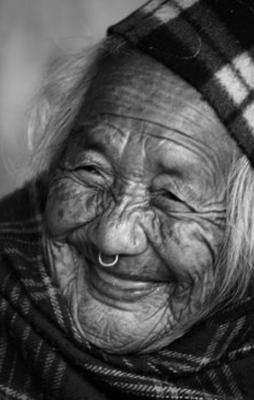 Alte Frau freut sich